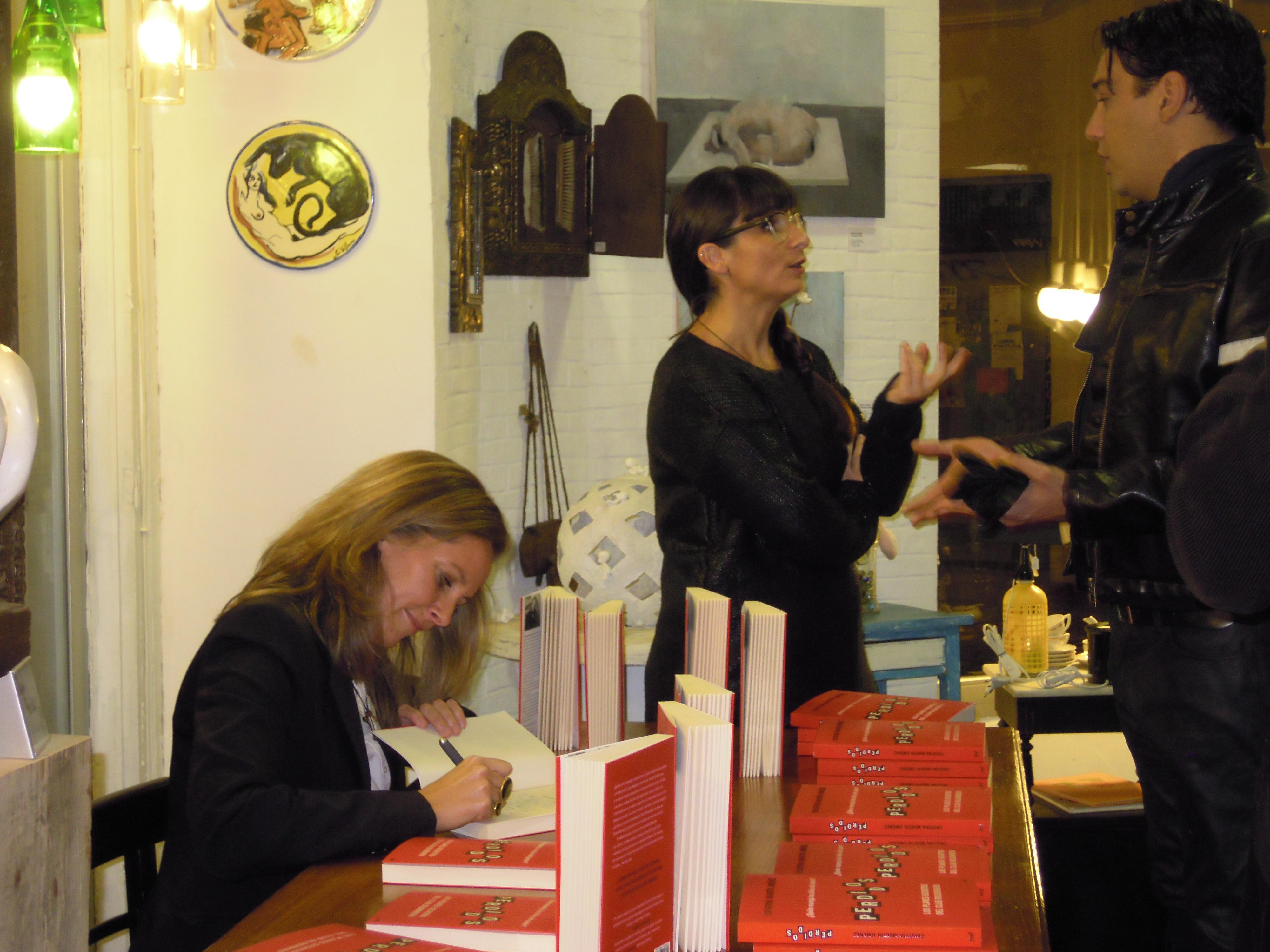Cristina Martín Jiménez firmando un ejemplar de Perdidos