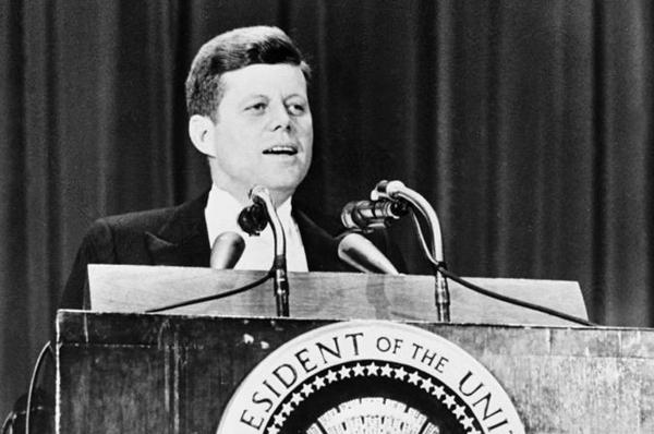 ¿Están relacionadas las sociedades secretas como el Club Bilderberg con el asesinato de JFK?